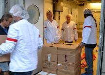 <p>Annika Altskär från SP, Ari Skov och Robert Johansson från Räddningsmissionen, Thomas Magnusson, Janne Lööf och Francois Hancke från Stadsmissionen hjälptes åt att lasta lådorna.</p>