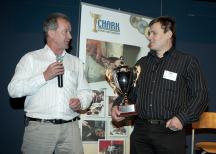 "<p><strong>Sveriges bästa julskinka. NyhlénsHugoson var vinnare med produkten ""NyhlénsHugoson kokt skinka""</strong></p> <p><strong></strong>Mikael Hugoson, vd, och Leif Johansson, plastchef på NyhlénsHugoson tog emot priset.</p>"