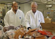 <p><strong></strong> <strong>Chark-SM skänker ett ton charkprodukter till Stadsmissionen och Frälsningsarmén</strong><em><br /> 4 oktober 2010</em></p> <p><em>Sami Yousri och Bernt Wallin från Frälsningsarmén. </em></p>