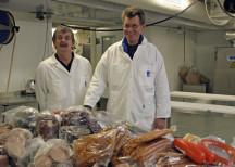 <p><strong>Chark-SM skänker ett ton charkprodukter till Stadsmissionen och Frälsningsarmén</strong><br /> 4 oktober 2010</p> <p><em>Lasse Buxfeldt från Stadsmissionen med kollega. </em></p>