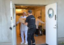 <p><em>Annika Altskär från Chark-SM langar ut lådor med charkuterier som blivit över från bedömningarna. </em></p>
